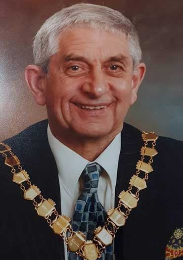 photograph of Jim Finnie wearing mayoral chain